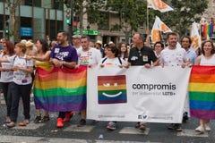 Valencia Spanien - Juni 16, 2018: Joan Valdovà och del av hans politiska grupp CompromÃs med ett baner på bögen Pride Day i Valen royaltyfri bild