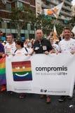 Valencia Spanien - Juni 16, 2018: Joan Valdovà och del av hans politiska grupp CompromÃs med ett baner på bögen Pride Day i Valen arkivfoto
