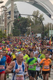 VALENCIA SPANIEN - NOVEMBER 20, 2016: Flera löpare som kör maratonpanoramautsikten av truppen Arkivfoto