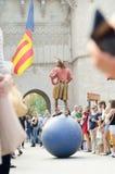 VALENCIA SPANIEN - OKTOBER 9: Jonglör framme av den Torres de Serrano nollan royaltyfri bild