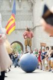 VALENCIA, SPANIEN - 9. OKTOBER: Jongleur vor Torres de Serrano O lizenzfreies stockbild