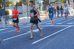 VALENCIA, SPANJE - DECEMBER 02: De agent concurreert zonder schoenen in XXXVIII Valencia Marathon op 18 December, 2018 in Valenci stock afbeeldingen