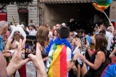 Valencia, Spanje - Juni 16, 2018: Een persoon neemt een foto met zijn telefoon in de vrolijke trotsdag royalty-vrije stock fotografie