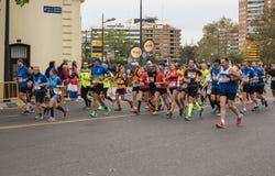 VALENCIA, SPANJE - NOVEMBER 20, 2016: agenten die de marathon, 20 November, 2016 in Valencia, Spanje in werking stellen Royalty-vrije Stock Afbeelding