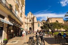 VALENCIA, SPANJE - november 15, 2017: De jonge meisjes op fietsen bestuderen een kaart over Kathedraalbasiliek Stock Foto's