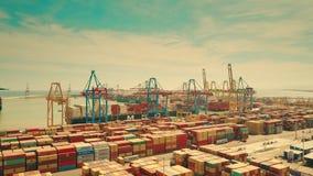 VALENCIA, SPANJE - OKTOBER 2, 2018 Antenne van vrachtschepen en de werf die van de zeehavencontainer wordt geschoten stock videobeelden