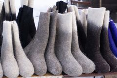 Valenki - bottes de feutre de Russe sur le fond blanc photo stock