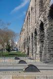 Valensaquaduct in Istanboel, zijaanzicht met weg Royalty-vrije Stock Afbeeldingen