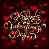 Valentijnskaarten het van letters voorzien en onscherpe harten op rode achtergrond Royalty-vrije Stock Fotografie