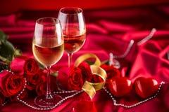 Valentijnskaarten of huwelijksconcept De wijn vormt rode rozen tot een kom en romantisch royalty-vrije stock afbeelding