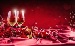 Valentijnskaarten of huwelijksconcept De wijn vormt rode rozen tot een kom en romantisch royalty-vrije stock fotografie