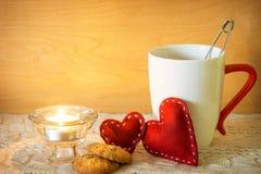 Valentijnskaarten met kaars en kop thee Stock Foto