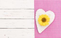 Valentijnskaarten of Moeders de Dagachtergrond met hart en bloem komt op roze stoffengrens en wit hout tot bloei royalty-vrije stock afbeeldingen