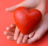 Valentijnskaarten - rood hart in handen royalty-vrije stock fotografie
