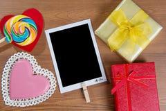 Valentijnskaartenachtergrond met suikergoed en gift Royalty-vrije Stock Foto