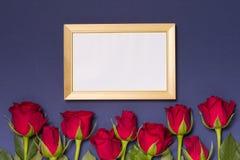 Valentijnskaartendag, leeg kader, naadloze blauwe achtergrond met rode rozen, bericht, de vrije ruimte van de exemplaartekst royalty-vrije stock foto