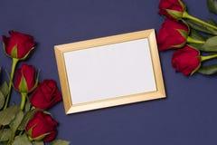 Valentijnskaartendag, leeg kader, romantische naadloze blauwe achtergrond, gift, rode rozen, de vrije ruimte van de exemplaarteks stock foto's