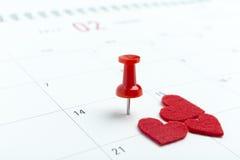 Valentijnskaartendag op kalender met rode speld Stock Afbeelding
