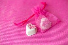 Valentijnskaartendag - zoete witte hart-vormige chocolade op een roze achtergrond royalty-vrije stock foto's