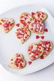 Valentijnskaartenkoekjes in grote schotel Royalty-vrije Stock Afbeelding