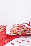 Valentijnskaartenkoekjes met harten in vierkante schotel Stock Foto's