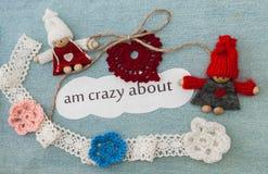 Valentim, cartão com confecção de malhas de corações vermelhos, flores e c Fotografia de Stock