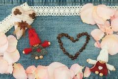Valentim, cartão com coração do café de matéria têxtil, par no lo Imagens de Stock Royalty Free
