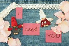 Valentim, cartão com pares de confecção de malhas no amor e p macio Fotos de Stock