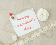 Valentim, cartão com rosas brancas, coração do pino e letteri Fotografia de Stock