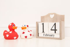 Valentim data do 14 de fevereiro com os 2 vermelhos e os patos de borracha do amor branco mim Imagem de Stock Royalty Free