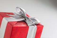 Valentim do Natal ou caixa de presente vermelha do aniversário com fita de prata Imagem de Stock