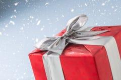 Valentim do Natal ou caixa de presente vermelha do aniversário com fita de prata Fotos de Stock