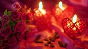 Valentim do partido com queimadura da vela da decoração e metragem da flor filme