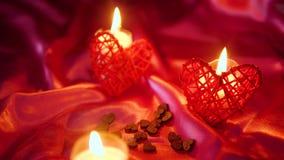Valentim do partido com queimadura da vela da decoração e metragem da flor vídeos de arquivo