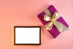 Valentim e cartão de aniversário com presente e cartaz no fundo cor-de-rosa fotografia de stock royalty free