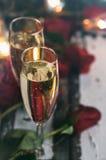 Valentim: Foco no vidro de Champage com rosas atrás Fotografia de Stock