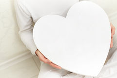 Valentim mulher e símbolo nas mãos - amor do coração Imagens de Stock