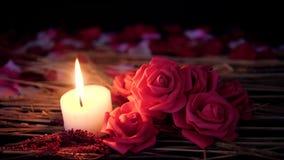 Valentim romântico com metragem da queimadura decorativa da flor e da vela filme