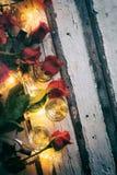 Valentim: Rosas vermelhas e ampolas no fundo de madeira rústico Fotos de Stock