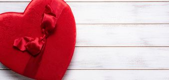 Valentin ask för daggåva på en vit träbakgrund arkivfoto
