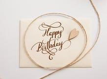 Valentin card med trälycklig födelsedag för hjärta och för text Kalligrafibokstäver Royaltyfri Fotografi