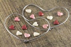 Valentin dag - abstrakt sikt av de två hjärtorna av metalltråd Royaltyfri Foto