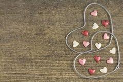 Valentin dag - abstrakt sikt av de två hjärtorna av metalltråd Arkivfoto