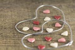 Valentin dag - abstrakt sikt av de två hjärtorna av metalltråd Royaltyfria Bilder