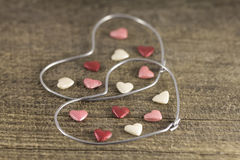Valentin dag - abstrakt sikt av de två hjärtorna av metalltråd Royaltyfri Fotografi