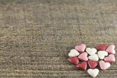 Valentin dag - abstrakt sikt av kulöra hjärtor Arkivfoto