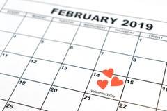Valentin dag, Februari 14 på kalendern med röd hjärta arkivfoton