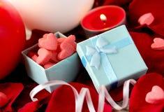 Valentin dag-, gåvaask, rosa kronblad och stearinljus Fotografering för Bildbyråer