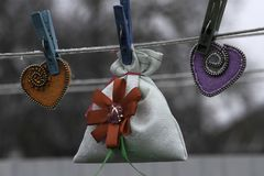 Valentin dag, handgjorda produkter från filt royaltyfri fotografi