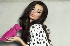Valentin dag, posera för brunettflicka. Fotografering för Bildbyråer